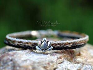 Eckig geflochtenes Armband aus Pferdehaar mit Lotus Perle