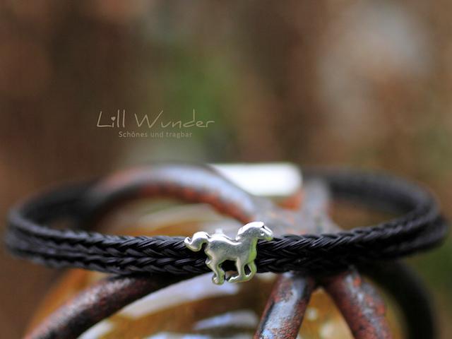 Eckig geflochtenes Armband aus Pferdehaar mit Pferd Perle